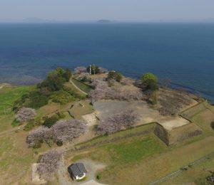 島原・天草一揆」で一揆軍が立てこもった原城跡の本丸。海の向こうは天草=南島原市南有馬町