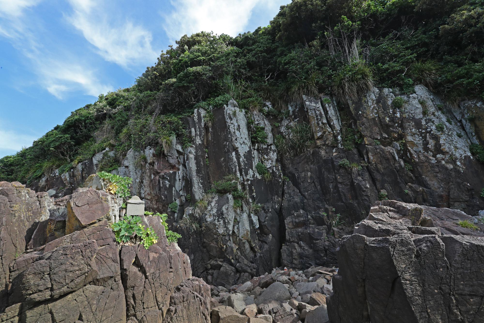 かくれキリシタンが聖水を採取している崖の亀裂