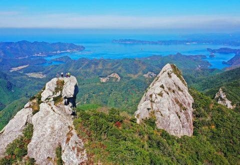 山頂部に白い石英斑岩の岩峰がそびえる白嶽