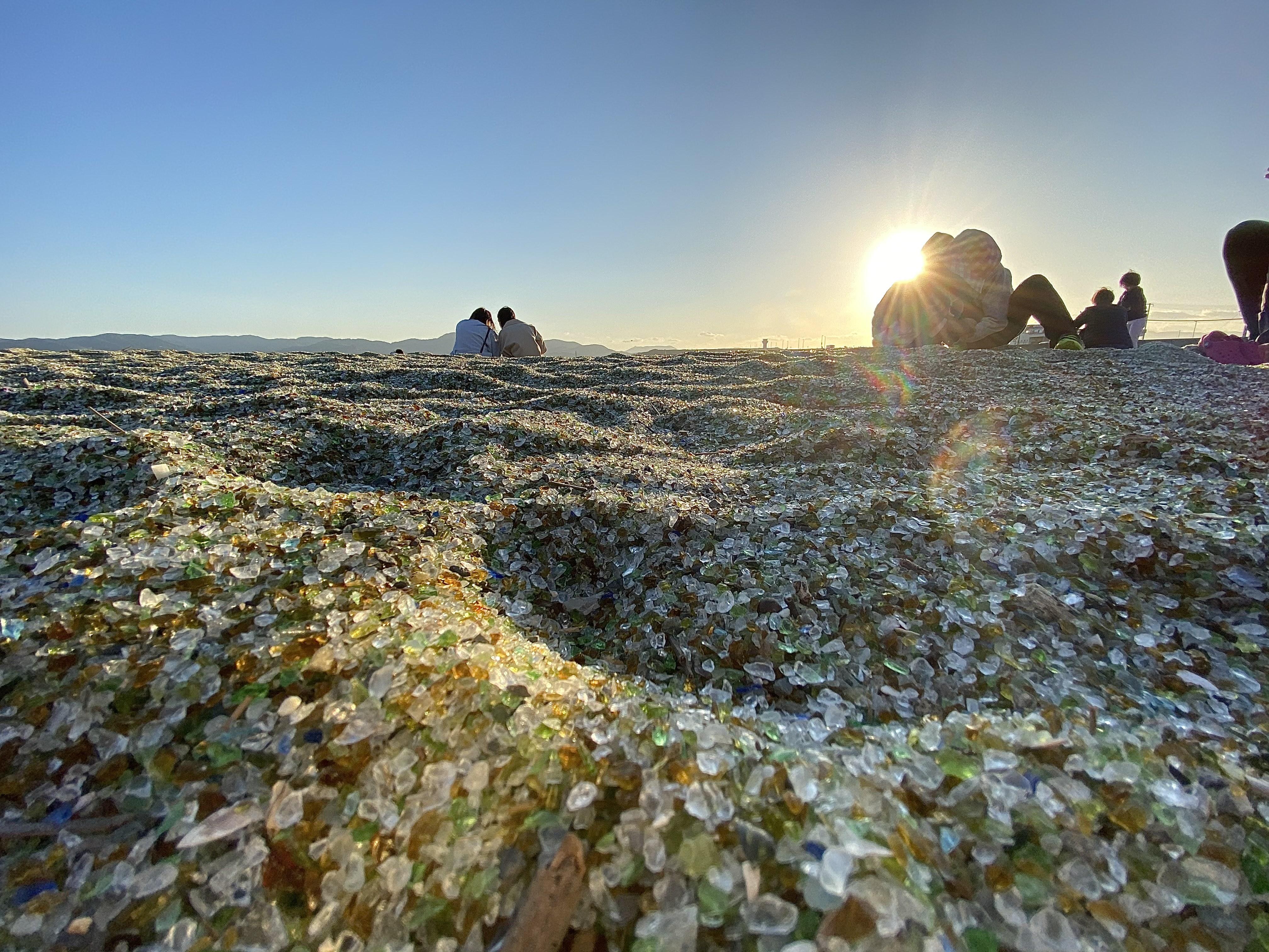 廃材ガラスで作られた砂と夕日
